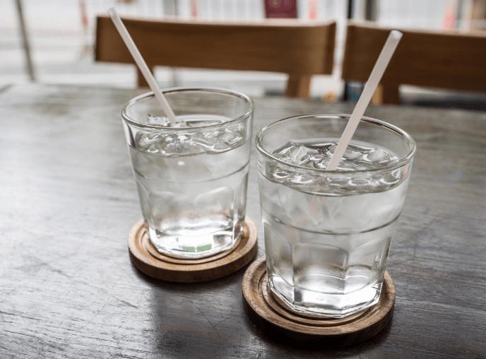 ストローとコップの水