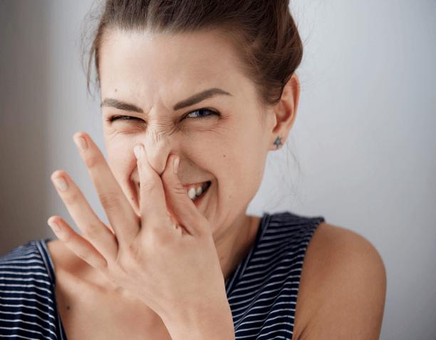 うんこ臭いと鼻をつまむ女性