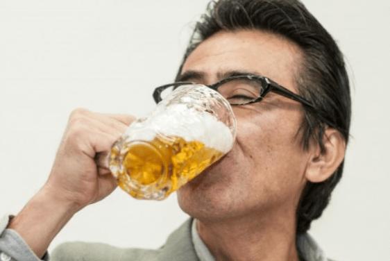 酒を飲む主人