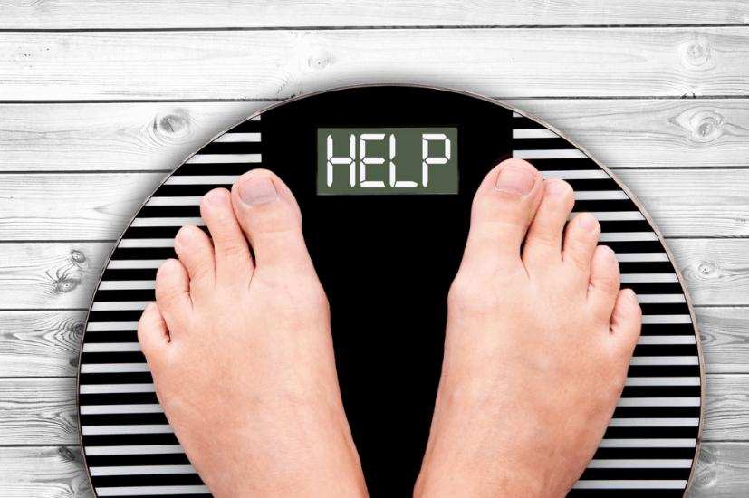 ダイエットで体重計に乗る