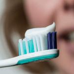 歯が黄色くなる原因は歯磨き粉かも。歯みがきで「白い歯」をつくる方法