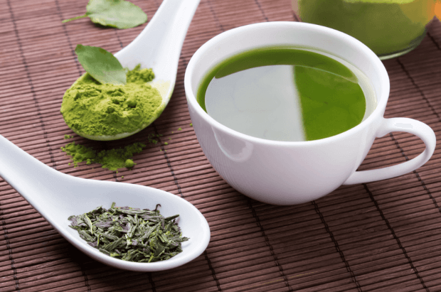 緑茶を飲む