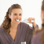 電動歯ブラシで歯磨きを行う