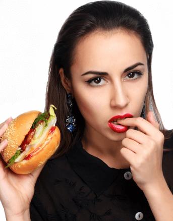 ハンバーガー食べる女性