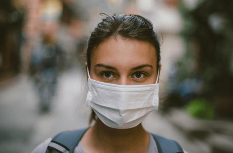 マスクをかけた女性