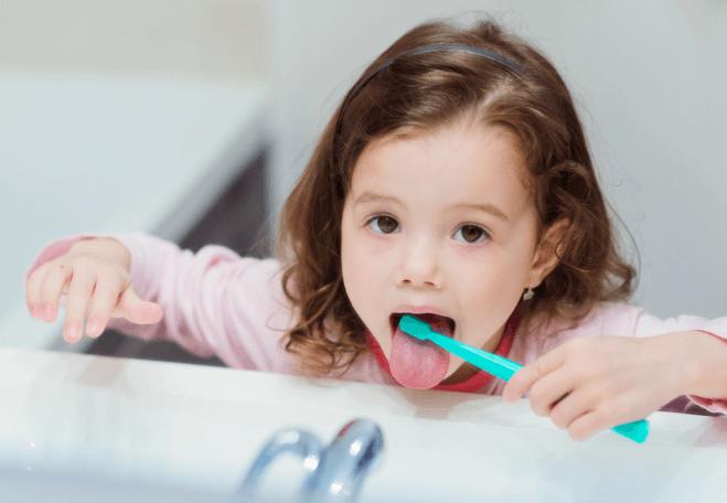 舌を磨く女の子