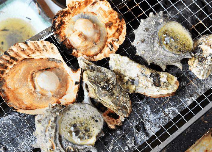 焼きホタテ貝を食べる