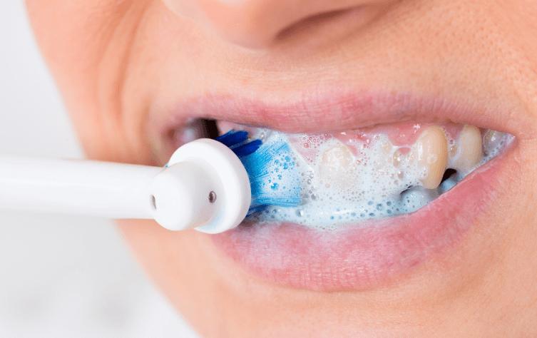 電動歯ブラシでブラッシング