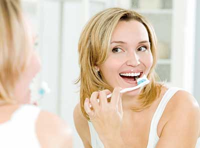 鏡の前で歯磨き
