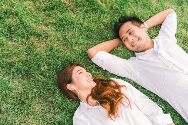 公園の芝生でデート