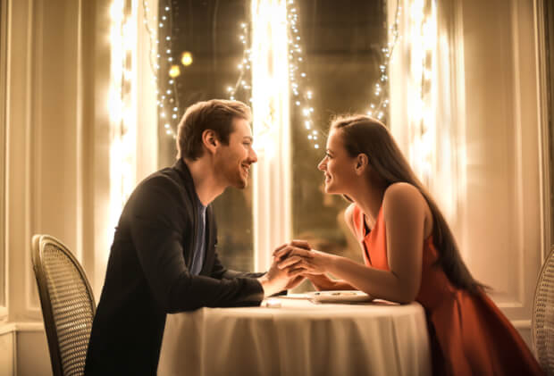 お食事デートのカップル