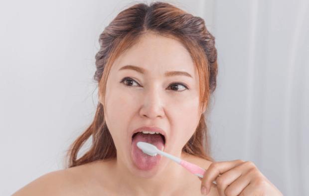 舌を磨く女性